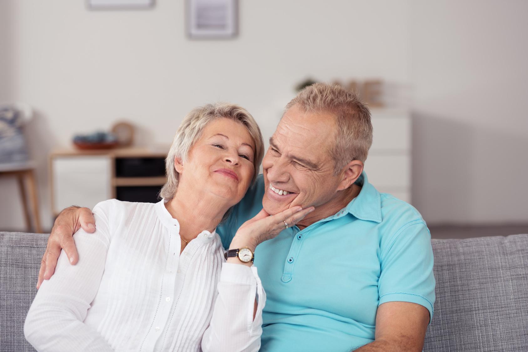 lachendes lteres paar hat spa zusammen