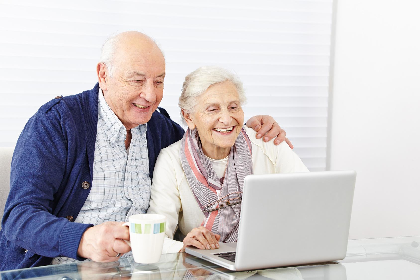 Paar Senioren surft am Computer im Internet
