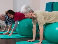 Physiotherapeutin bt mit Senioren auf Bllen