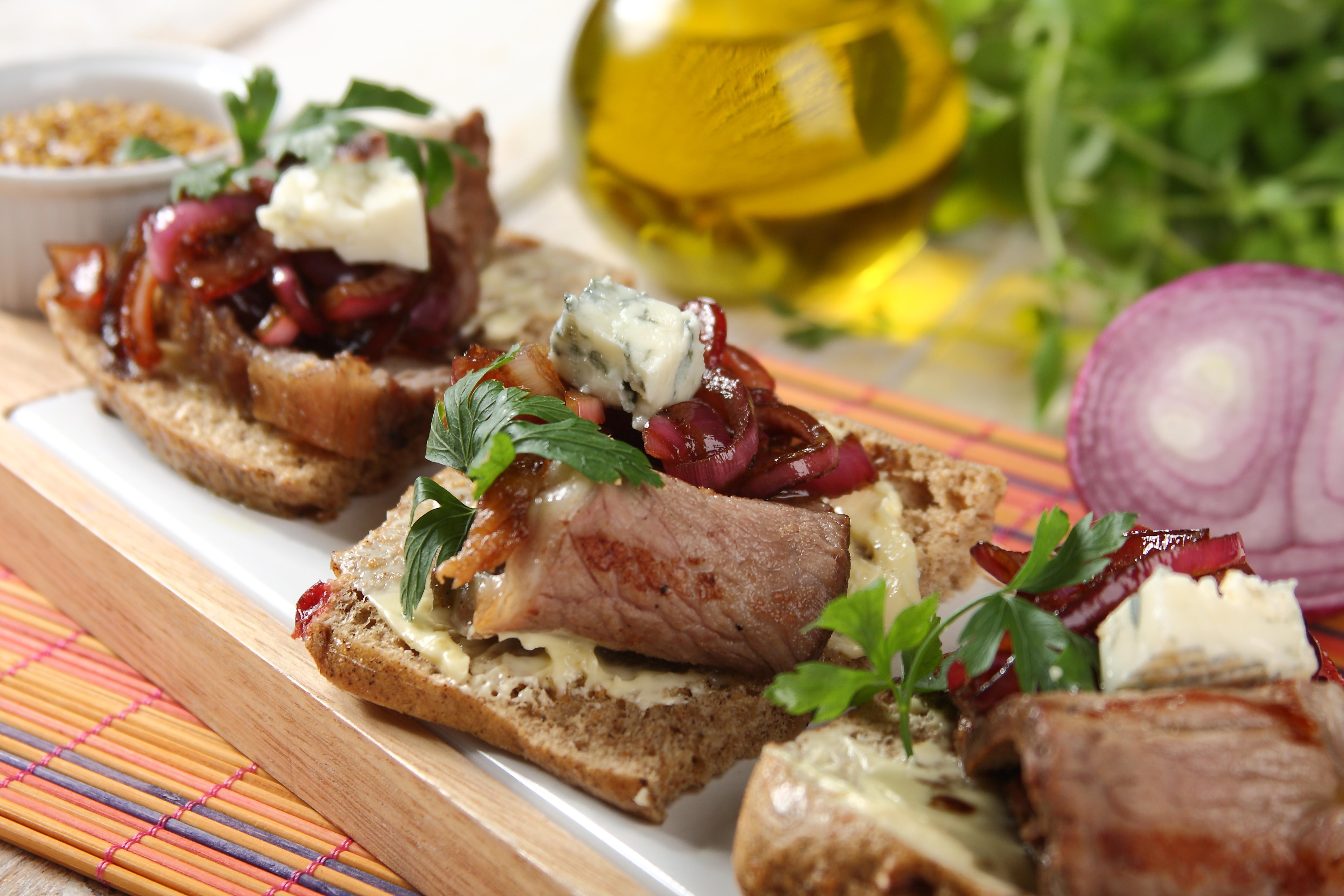 kanapki-z-grillowanym-rostbefem-konfitura-z-czerwonej-cebuli-i-serem-plesniowym