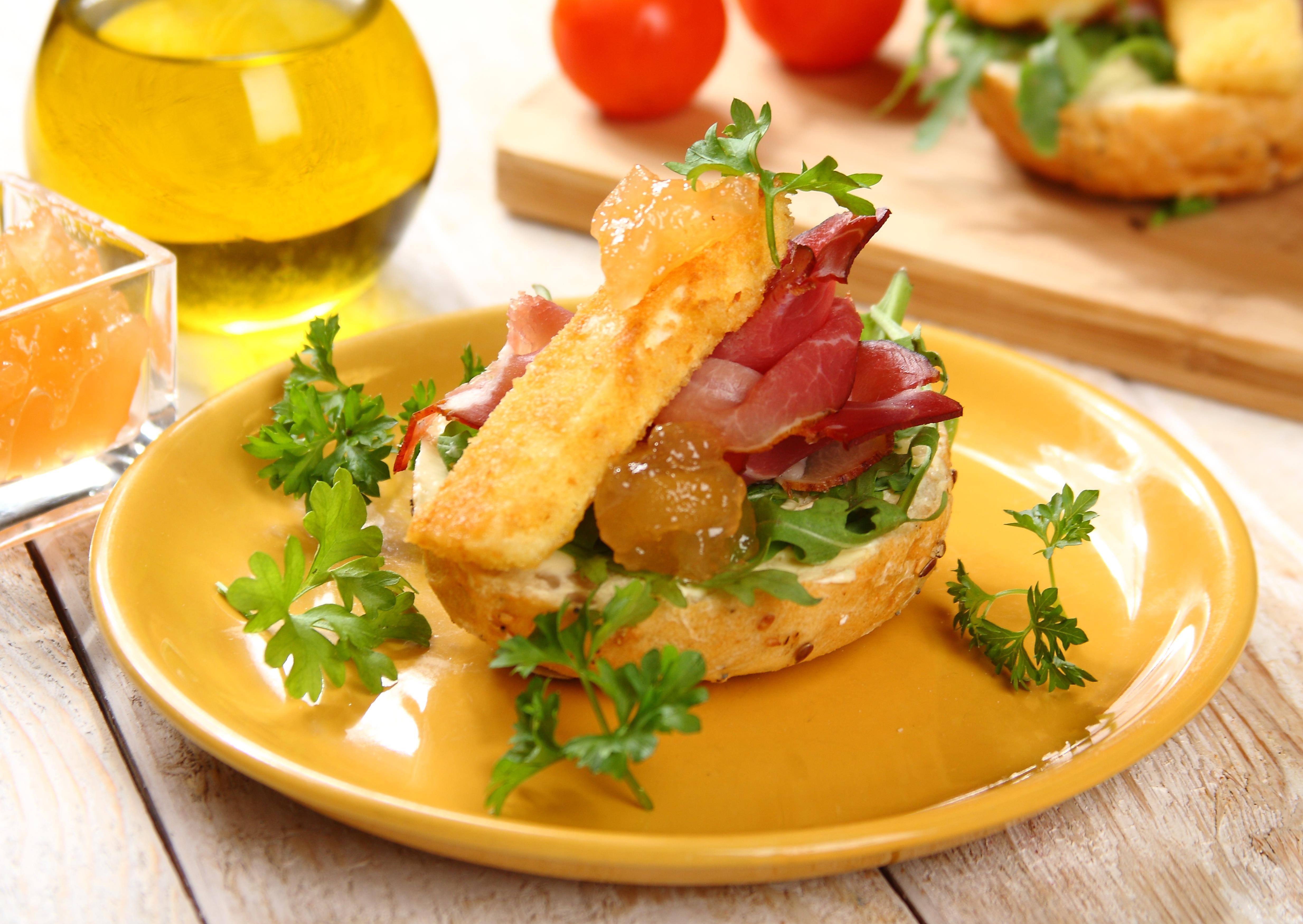 kanapki-z-szynka-schwarzwald-i-smazonym-serem-plesniowym
