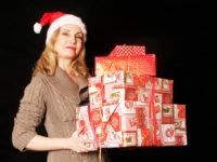 Frau bringt Geschenke