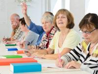 Erwachsene im Klassenzimmer