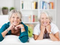 seniorinnen sttzen kopf auf