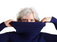 Seniorin schaut über Rollkragenpullover