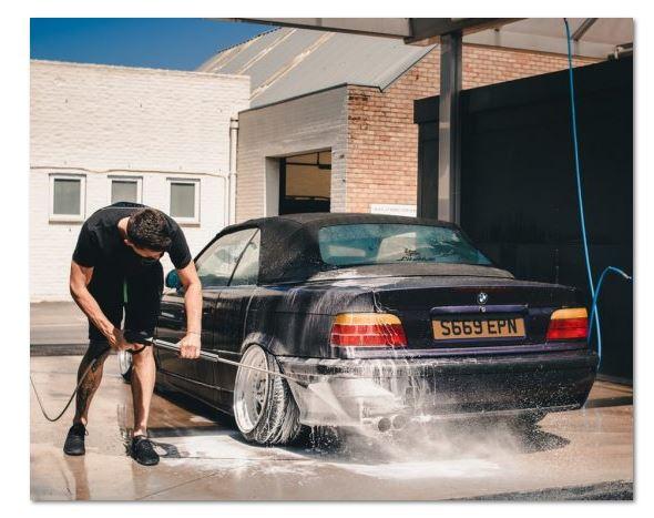 Jak dokładnie i bezpiecznie myć samochód na myjni bezdotykowej