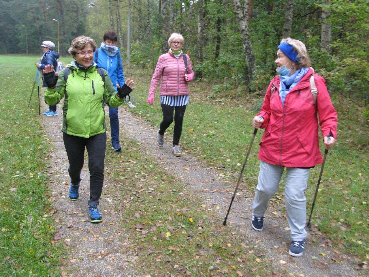 1.spacerują z kijkami nordic walking inni bez